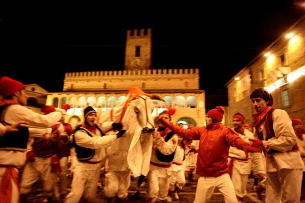 """Carnevale di Offida 2021, la festa de """"Lu bov fint"""""""