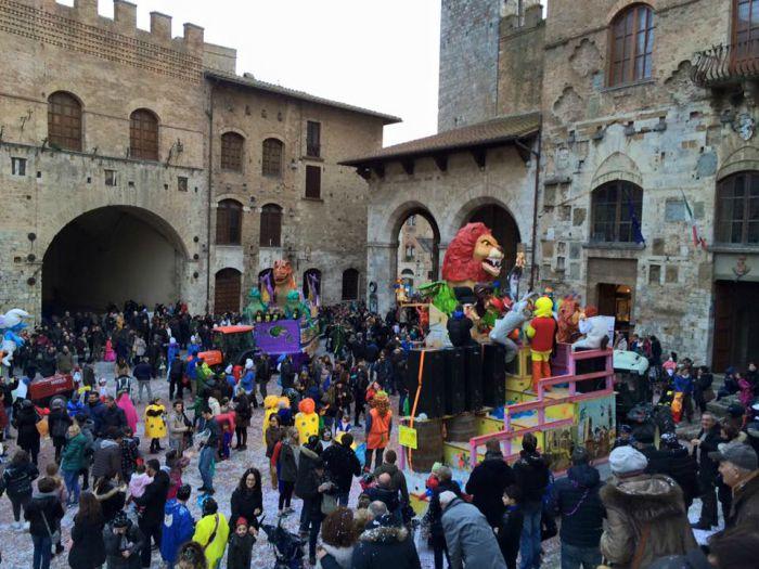 Carnevale di San Gimignano 2021: date, programma e orari della sfilata dei carri allegorici